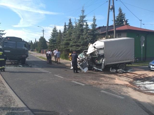 Do groźnego wypadku doszło we wtorek (28 lipca) w Koluszkach. Kwadrans przed godziną 7 rano osobowy ford zderzył się czołowo z wojskowym jelczem. Pięć osób jest rannych.CZYTAJ DALEJ NA KOLEJNYM SLAJDZIE