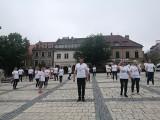 Niesamowity challenge na rynku w Sandomierzu! 30 urzędników ćwiczyło i pomagało Wojtusiowi Howisowi [WIDEO, ZDJĘCIA]