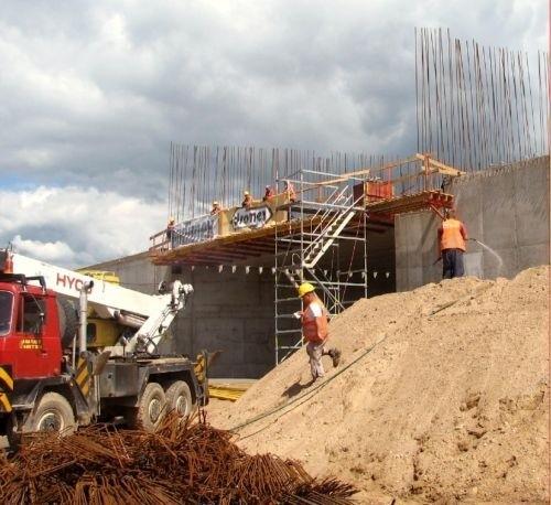 Drogowcy budują wiadukt nad ulicą Rajgrodzką w Augustowie. Wszystko przebiega zgodnie z planem - zapewniają