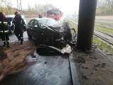 Wypadek na ul. Rzgowskiej. Samochód uderzył w betonowy filar wiaduktu. Utrudnienia w ruchu