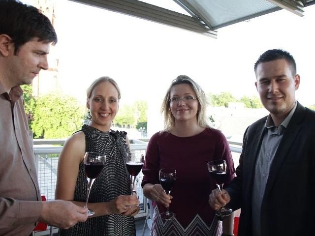 Stoją od lewej: Manuel Robelo – importer portugalskich win, Monika Bielka-Vescovi – sommelier i enolog z międzynarodowym certyfikatem, Joanna Ciborowska-Sanchez i Marcin Zalewski – wspólnicy, założyciele Akademii Veni Vidi Wino.