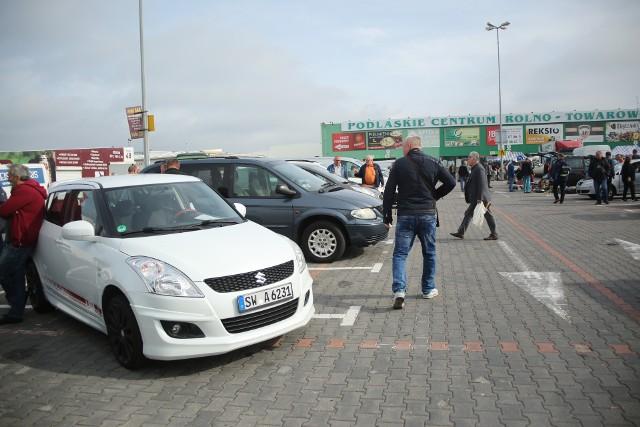 Giełda samochodowa przyciągnęła sporo klientów.