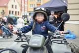 Motoserce 2019 - akcja motocykliści dzieciom w Świebodzinie. Tłumy świebodzinian przyszły pod Ratusz zobaczyć paradę motocykli