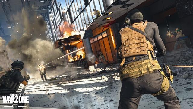 Innym wydawcą, który pozazdrościł sukcesu Fortnite, było Activision. Stworzona na początku roku 2020 gra Call of Duty: Warzone wydawała się spóźniona o długi czas. Okazało się jednak, że darmowy i samodzielny dodatek do najnowszego Modern Warfare to idealne wypełnienie luki. Przede wszystkim zrywa z cukierkową oprawą i przenosi graczy do Verdańska - fikcyjnego miasta wzorowanego na postradzieckiej metropolii. Na jednej mapie gra do 150 graczy, a do zabawy możemy dołączyć w pojedynkę lub w trzyosobowych zespołach. Możliwość zakupowania sprzętu, wiele pojazdów, znakomity system oznaczania i postanowienie na ścisłą współpracę - oto cechy, dzięki którym Warzone może bez problemu rywalizować z resztą battle royali.