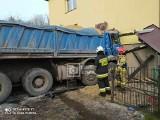 Czerna. Ciężarówka z piaskiem wjechała w dom, dwie osoby ranne