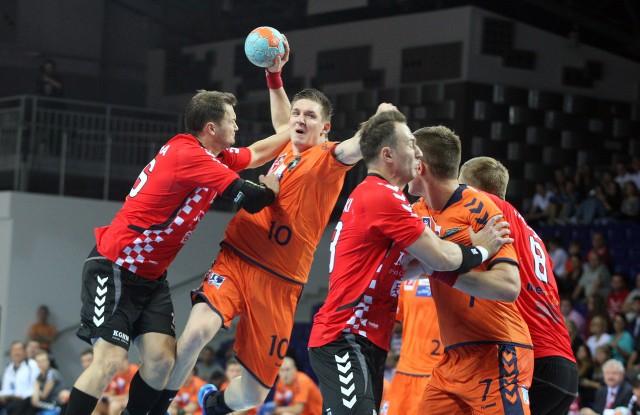 – Popełniliśmy dużo więcej błędów niż w meczu z Vive – przyznał Łukasz Gierak (z piłką), rozgrywający Gaz- System Pogoni Szczecin.