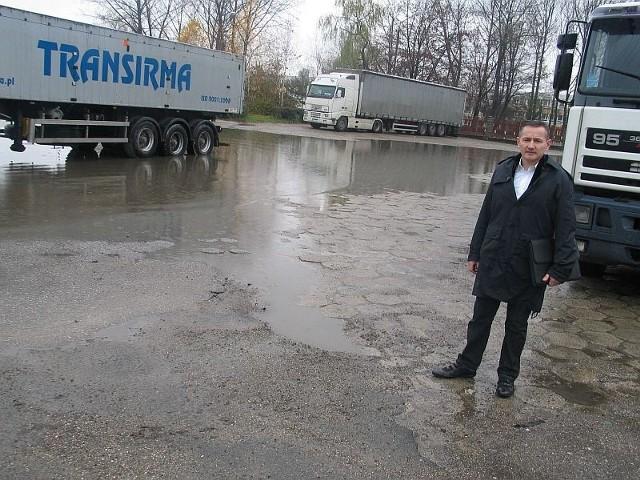 Porażające jest to, że teren strefy, który powinien być przykładem dynamizmu i rozwoju Tarnobrzega, jak również plac przed siedzibą Agencji Rozwoju Przemysłu, są przykładem nieudolności - przekonuje radny i przedsiębiorca Dariusz Kołek.
