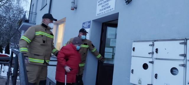 Na szczepienia przeciw Covid-19 dowożą między innymi  strażacy z jednostki Ochotniczej Straży Pożarnej  w Skotnikach w gminie Samborzec.