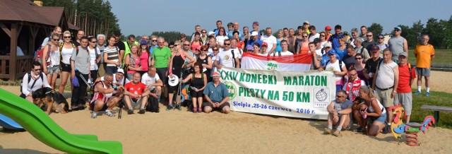Wspólne zdjęcie uczestników XXIV Koneckiej Pięćdziesiątki nad zalewem w Bliżynie