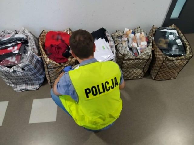 Podczas kontroli kaliskiego targowiska policjanci zabezpieczyli na jednym ze stoisk ponad tysiąc sztuk odzieży – koszulek, spodni, bielizny itp. - które były oznakowane logotypami światowych marek