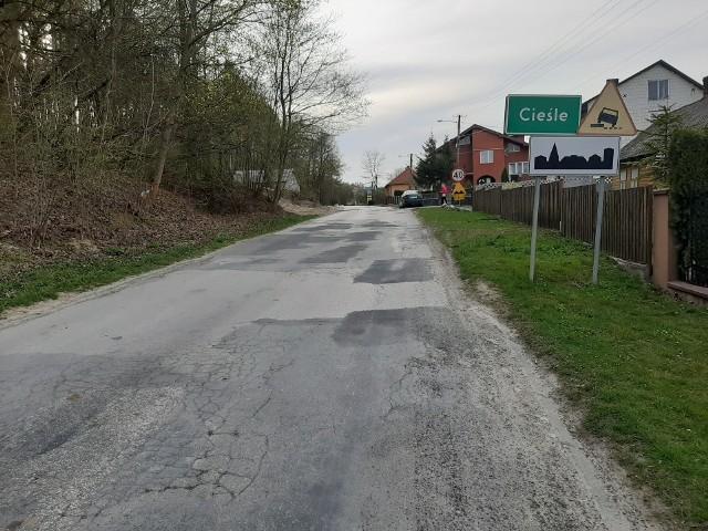 Tak obecnie wygląda droga w Cieślach w gminie Krasocin. Wkrótce to się zmieni.