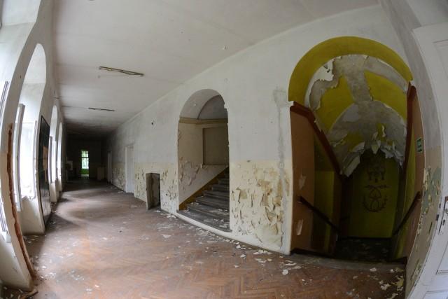 Pałac w Sławie niszczeje na naszych oczach. Od czasu gdy wyprowadził się stamtąd Dom Dziecka, cały kompleks popada w ruinę.