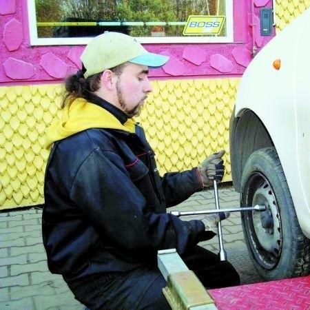 – Zmiana opon zajmuje od 15 do 20 minut, w zależności od samochodu – mówi Robert Szutkowski