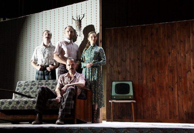 Naprawdę dobra gra aktorów Teatru Osterwy pomaga widzom poruszać się w skomplikowanym labiryncie baśni i realności