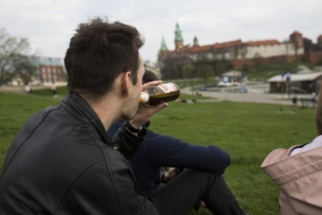 03.04.2017 krakow  bulwary wislane, alkohol, nz fot. andrzej banas / polska press