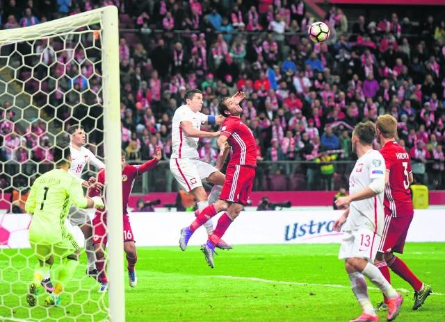 Ostatnia akcja meczu Polski z Armenią. Za chwilę Robert Lewandowski strzeli gola, dającego biało-czerwonym trzy punkty.