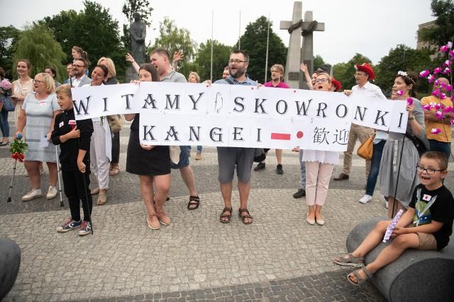 """Rodzice przywitali Skowronki transparentami """"Witamy Skowronki"""" i nową wersją piosenki """"Deszcze niespokojne"""""""