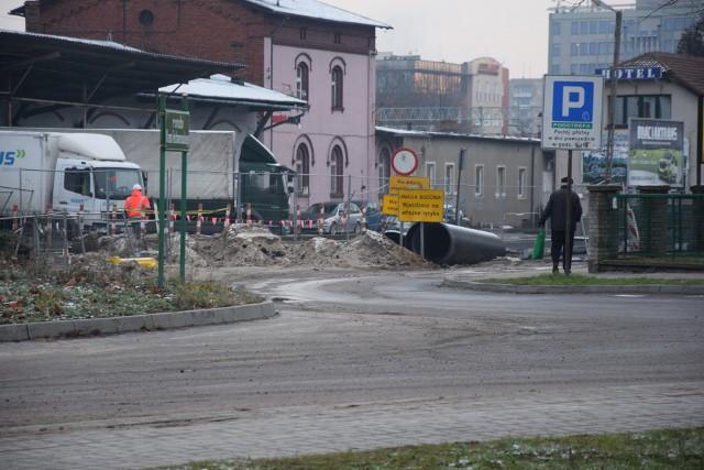 Na dalszej części ulicy Dworcowej, a także w okolicy dworca PKP, także trwa modernizacja rond i ulic