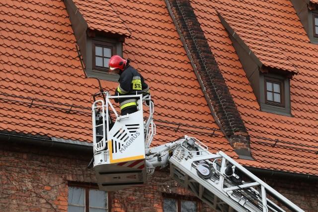 Silny wiatr we Wrocławiu. Złamana antena na dachu Arsenału