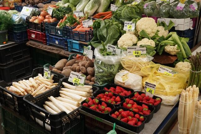 Ceny warzyw i owoców odstraszają i dziwią. Koszt pudełka malin to 18 zł, za borówki trzeba zapłacić 12 zł, kilogram truskawek, w zależności od ich miejsca pochodzenia, kosztuje od 12 zł do 20 zł.Przejdź do kolejnego zdjęcia i sprawdź ceny --->
