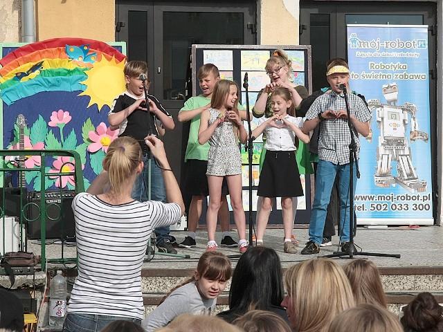 """Festyn rodzinny w grudziądzkiej """"Dwunastce""""Wielkim zainteresowaniem cieszyły się wokalne popisyuczniów tej szkoły"""