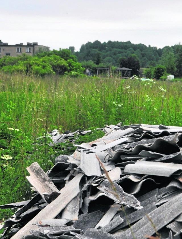 Nielegalne składowisko eternitu w środku wsi