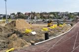 Jak zmienia się modernizowany stadion w Chojnicach. Prace przy instalacji murawy idą pełną parą [zdjęcia]