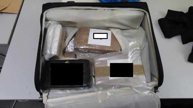 Lubuscy celnicy na terenie dawnego przejścia granicznego w Świecku zatrzymali ponad 10 kg kokainy i prawie 5 kg heroiny. Narkotyki ukryte w torbie podróżnej przemycał do Polski 41-letni mieszkaniec woj. kujawsko-pomorskiego. Do zdarzenia doszło 14 sierpnia, ale informację na ten temat przekazano dopiero 22 sierpnia. Funkcjonariusze celni z Mobilnej Grupy Kontrolnej w Świecku patrolowali drogi wjazdowe do dawnego przejścia granicznego w Świecku. Ich uwagę zwrócił autobus rejsowy jadący z Belgii przez Holandię do Polski. Podróżowało nim 40 pasażerów. Mobilni postanowili przyjrzeć się mu bliżej.Przypomnijmy, że na czas szczytu NATO i Światowych Dni Młodzieży na byłe przejścia graniczne wróciła straż graniczna. Kontrole zostały zakończone, ale służby wciąż są czujneZobacz też:  Uprawiał w domu narkotyki. Policja znalazła 400 gramów marihuany [ZDJĘCIA]Do szczegółowej kontroli wytypowano m.in. bagaż towarzyszący pewnemu 41-latkowi. Oprócz podręcznej torby podróżnej posiadał też walizkę w luku bagażowym pojazdu. Działania funkcjonariuszy wspierał pies służbowy Carlos, specjalizujący się w wykrywaniu środków odurzających. Chwilę po otwarciu luków, w asyście swojego przewodnika, drapaniem i szczekaniem okazał swoje zainteresowanie jedynie walizką należącą do kontrolowanej osoby.Wytrenowane umiejętności i tym razem nie zawiodły Carlosa. W bagażu głównym pod warstwą odzieży znajdowało się 15 pakunków owiniętych  folią, a wewnątrz nich proszek koloru białego lub beżowego. Narkotesty potwierdziły, że celnicy mają do czynienia z twardymi narkotykami. W  wyniku zatrzymania kontrabandy na rynek dilerów narkotykowych  nie trafi ponad 10 kg kokainy i prawie 5 kg heroiny o czarnorynkowej wartości prawie 3,5 mln złotych. Zobacz też:  Zielonogórska policja rozbiła narkotykową szajkęSam zatrzymany nie potrafił racjonalnie wyjaśnić, w jaki sposób w jego walizce znalazła się tak duża ilość substancji zakazanych i odmówił składania dalszych wyjaśnień.Narkotyki przekazano funkcjonariuszom Ce