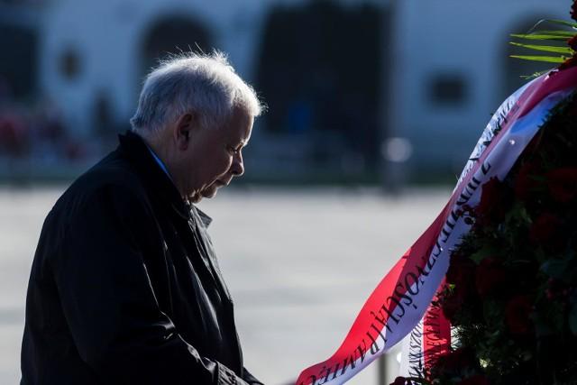 """Jarosław Kaczyński 10 kwietnia złożył kwiaty pod pomnikiem na placu Piłsudskiego, a potem udał się na Powązki, gdzie wjechał na cmentarz limuzyną. To oburzyło Polaków, a """"Wiadomości TVP"""" chcąc obronić prezesa PiS zdradziły, że Kaczyński odwiedził jeszcze inne cmentarze. Wszystko w trakcie epidemii koronawirusa."""