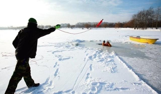 Tragedia na ekstremalnym spływie kajakowym po Warcie. Nie żyje 74-letnia kobieta, która w sobotę (6 lutego) wpadła do wody. Strażacy podjęli trudną walkę, by dotrzeć do ofiary.Zdjęcie ilustracyjne: pomoc topiącym się zimą jest bardzo trudnaCZYTAJ DALEJ >>>>..