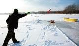 Pływali zimą kajakami po Warcie. Nie żyje 74-letnia uczestniczka ekstremalnego spływu. Tragedia koło Zakrzówka Szlacheckiego