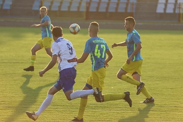 Korona Ostrołęka przystępowała do meczu w zupełnie odmienionym składzie, w porównaniu do tego z poprzedniego sezonu.