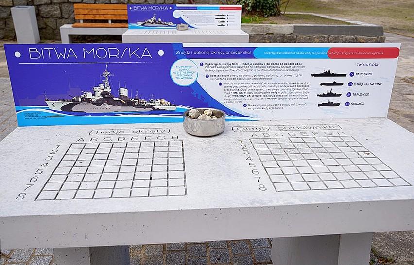 Dwa stoły do gry w statki stanęły przed Muzeum Marynarki Wojennej w Gdyni. To część wystawy plenerowej