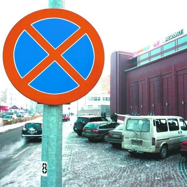 """Znak zakazu postoju i parkowania jest już ustawiony. Do tej pory kierowcy tłumaczyli strażnikom miejskim, że """"nie widzieli"""" znaku. Co wymyślą teraz?"""