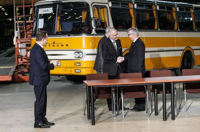 Ministerstwo Obrony Narodowej ogłosiło przetarg na dostawę autobusów dla armii. Wygrał go niemiecki MAN, ponieważ polski Autosan spóźnił się ze złożeniem oferty o 20 minut.