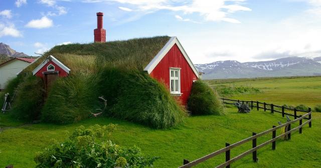 Podczas gdy w Polsce tradycyjne chaty kryto strzechą, na północy Europy i nie tylko pozwalano domom porastać trawą. Nie chodziło jednak tylko o wygląd – dachy te mają specjalne właściwości, które czynią je szczególnie odpornymi na surowy klimat. Przejdź do kolejnych slajdów i zobacz, jak się prezentują.