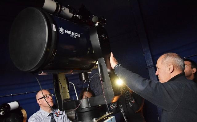 """Uczestnicy międzynarodowego projektu """"Od śrubki do satelity - dobre praktyki w nauczaniu fizyki w gimnazjach oraz fizyki z astronomią w szkołach ponadgimnazjalnych"""", odwiedzili wczoraj Astrobazę Kopernik, czyli obserwatorium astronomiczne przy Gimnazjum nr 1 w Kruszwicy. W grupie nauczycieli i popularyzatorów nauk ścisłych byli przedstawiciele: Centrum Badań Kosmicznych Polskiej Akademii Nauk w Warszawie, a także Narodowego Centrum Kosmicznego w Leicester (Wielka Brytania) i Centrum Nauki Cité de l'espace w Tuluzie (Francja). Dlaczego wybrano kruszwicką Astrobazę? Odpowiedź jest prosta. Bo jest jedną z naprężnej działających w naszym województwie. Prowadzone tam zajęcia są zróżnicowane, od kół astronomicznych poprzez wykłady, prelekcje, lekcje astronomii po nocne i dzienne obserwacje nieba. Uczniowie związani z obserwatorium uczestniczą w projektach międzynarodowych. Co ważne, w zajęciach w Astrobazie udział biorą też przedszkolaki, seniorzy oraz inni miłośnicy astronomii. Na terenie województwa kujawsko-pomorskiego działa 14 Astrobaz. Poza Kruszwicą spotkamy je w: Gniewkowie, Radziejowie, Jabłonowie Pomorskim, Brodnicy, Dobrzyniu nad Wisłą, Inowrocławiu, Golubiu-Dobrzyniu, Rypinie, Świeciu, Gostycynie, Żninie, Złejwsi Wielkiej i Unisławiu. Obserwatoria powstały w ramach marszałkowskiego projektu finansowanego z Regionalnego Programu Operacyjnego na lata 2007-2013. - To wyjątkowe przedsięwzięcie, nie tylko w skali w kraju. Nasze Astrobazy pełnią rolę dydaktyczną i popularyzatorską, korzystają z nich zarówno szkoły, jak i lokalni pasjonaci - podkreśla marszałek Piotr Całbecki."""