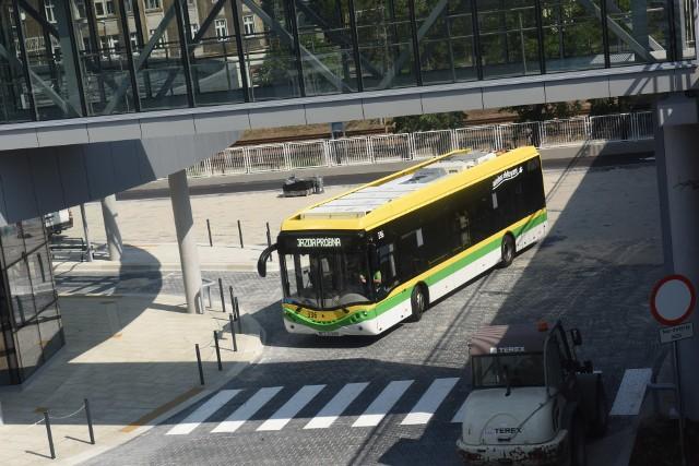 Pasażerowie mogą skorzystać na trasach z nowoczesnych autobusów elektrycznych.