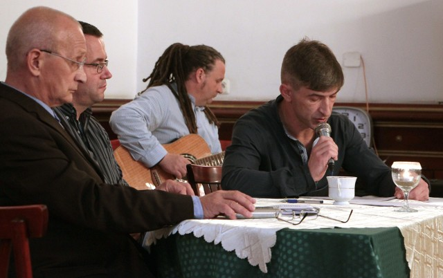 W wieczorze poetycko wystawowym zaprezentowali się grudziądzcy twórcy Dariusz Dłużyński - recytował swoje wiersze, Mariusz Florkieicz pokazał swoje rzeźby i akompaniował poecie. Michał Hawełko pochwalił się swoją twórczością malarską. Wieczór autorski trzech twórców odbył się w auli Centrum Kształcenia Ustawicznego w Grudziądzu.