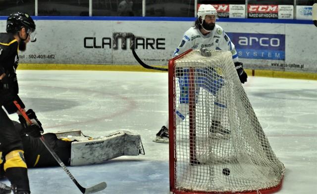 Unia Oświęcim pokonała GKS Katowice 4:1 w trzecim meczu turnieju rozgrywanego z okazji 75-lecia oświęcimskiego klubu. Na zdjęciu Zackhary Philips (biała koszulka) zdobywa pierwszą bramkę dla oświęcimskiego zespołu.