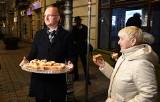 Minister Piotr Wawrzyk częstował w Kielcach własnoręcznie przygotowaną szarlotką