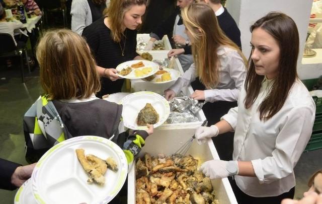 W siedemnastu miastach Polski odbierano świąteczne dania i wydawano je bezdomnym. W Poznaniu w jadłodajni Caritas