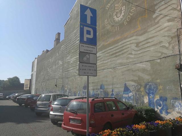 Niedługo te znaki znikną a wjazd na parking i wyjazd będą regulowały szlabany połączone z parkometrem