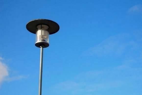 Czy ktoś celowo wyłącza uliczne latarnie w Augustowie? Mieszkańcy narzekają na widoczność w godzinach wieczornych.