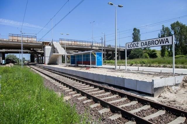 Na Dąbrowie ustawiono już wiatę dla pasażerów i zbudowano schody na wiadukt.