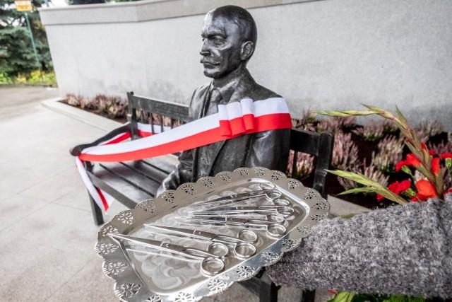Ławeczka Profesora Eugeniusza Piaseckiego - pomnik patrona AWF Poznań
