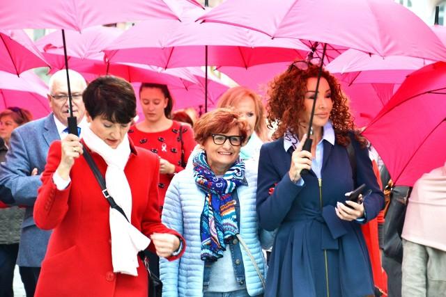 Marsz Różowych Parasolek po raz pierwszy odbył się w 2010 roku.  Od tego momentu, co rok panie wychodzą na ulice Zielonej Góry, aby przypomnieć wszystkim, jak ważne jest badanie piersi. W rękach trzymają różowe parasolki. - Chodzi nie tylko o mammografię, która jest dedykowana kobietom w wieku 50-69 lat, ale także USG piersi oraz comiesięczne samobadanie - podkreślają uczestniczki wydarzenia.  - Badaj piersi! Nie każdy nowotwór to rak! - podkreślały podczas marszu. Marsz  Różowych Parasolek rozpoczął się o godz. 11.15 spod  Domu Życie - siedziby Fundacji Black Butterflies (Stary Rynek 13). Przeszedł ulicami Żeromskiego, al. Niepodległości, Bankową, Podgórną do Urzędu Marszałkowskiego, gdzie w piątek odbywa się Kongres Kobiet.  Maszerowały nie tylko panie, ale i panowie, dla których zdrowie ich żon, dziewczyn, mam jest bardzo ważne. Profilaktyka raka piersi to temat, o którym szczególnie głośno jest w październiku. Ale pamiętajmy, że na darmowe badania można zgłaszać się przez cały rok! Kobiety mogą zrobić wiele, aby uniknąć nowotworu lub wcześnie go wykryć. Służą temu badania mammograficzne, od wielu lat finansowane przez Narodowy Fundusz Zdrowia w ramach programu wczesnego wykrywania raka piersi. Kobieto, piersi badaj co miesiąc! Jak to robić? SprawdźWIDEO: Przesiewowe badania mammograficzne, czyli jak szybko wykryć rakaźródło: Dzień Dobry TVN/x-news