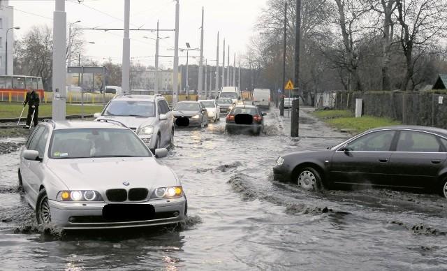 Drogowcy zapewniają, że woda nie zaleje już więcej Szpitalnej w Bydgoszczy.