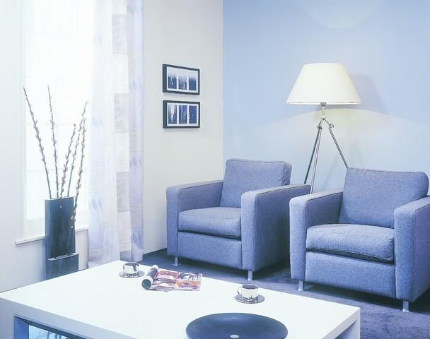 Mały pokój ze ścianami w zimnych kolorachW małych pomieszczeniach na ścianach idealnie sprawdzą się jasne i zimne kolory. Pokój wyda się większy. Pamiętaj! Małe pomieszczenie nie musi stanowić problemu – wystarczy je sprytnie... pomalować.
