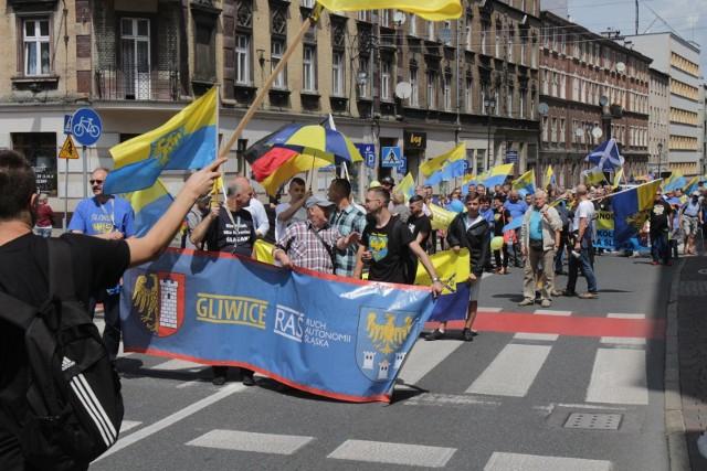 Marsz Autonomii zwykle skupia kilka tysięcy osób, które deklarują przynależność do Górnego Śląska i idei śląskiej autonomii w granicach Polski.